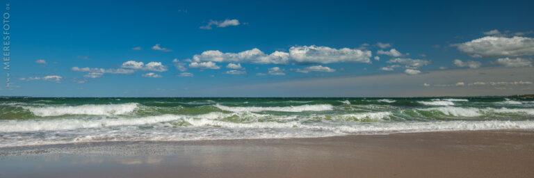 Wellen bei Ostwind am Timmendorfer Strand.