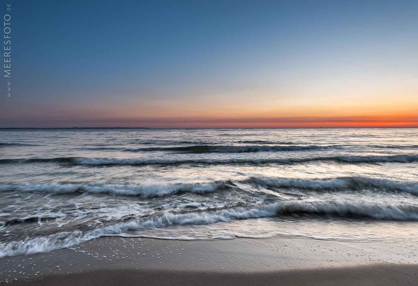 Morgenrot und Wellen am Timmendorfer Strand